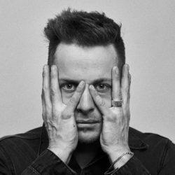 Nils Burri - Portrait mit Hand